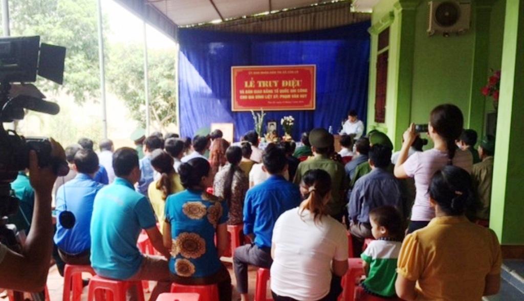 Đông đảo bà con nhân dân tham dự Lễ truy điệu và trao bằng Tổ quốc ghi công cho thân nhân liệt sỹ Phạm Văn Huy.