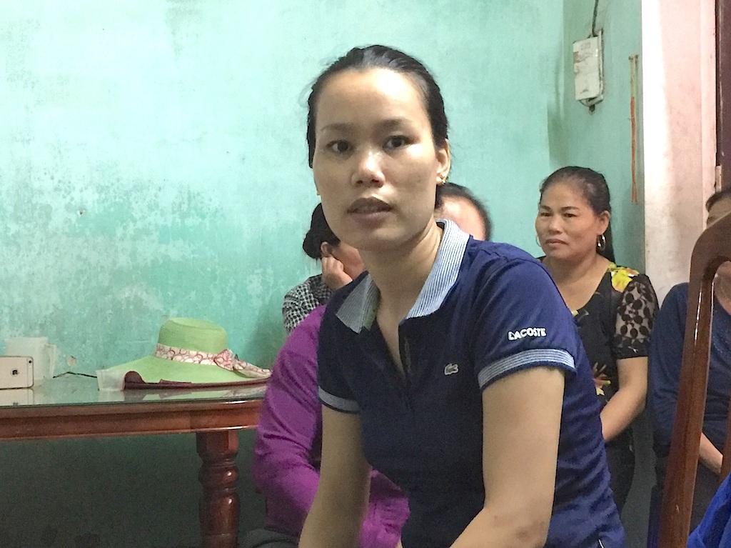 Chị Đinh Thị Hồng xóm 4 bức xúc: Cả gia đình làm được mấy sào ruộng, về trừ chi phí, các khoản thu rồi cũng hết sạch lúa.