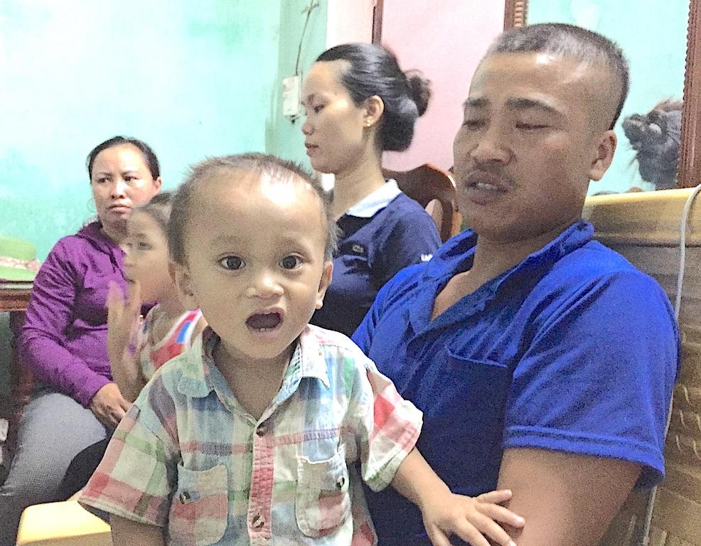 Anh Trung cùng đứa con nhỏ mà trước đây mới sinh ra cháu bị u máu lên xã xin giấy khai sinh đi viện nhưng bị gây khó khăn.