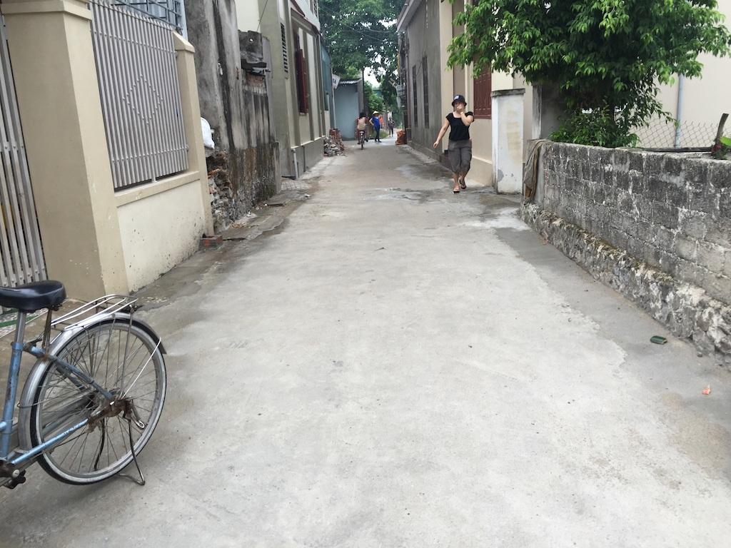 Một đoạn đường xây dựng dựa trên tiêu chí nông thôn mới nhưng xã đã bắt dân bỏ ra mỗi hộ 2 triệu để làm đường.