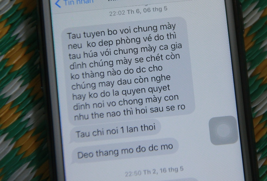 Nhiều tin nhắn đe dọa tính mạng cả gia đình nạn nhân.