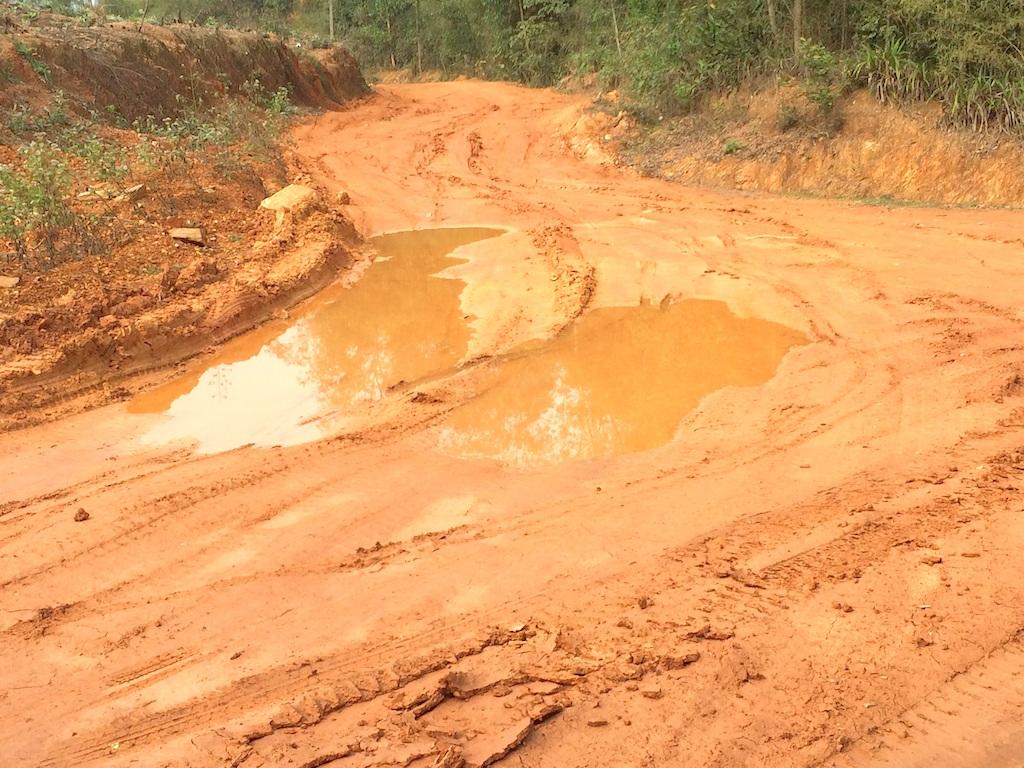 Con đường lầy lội dẫn vào công trường khai thác đất.