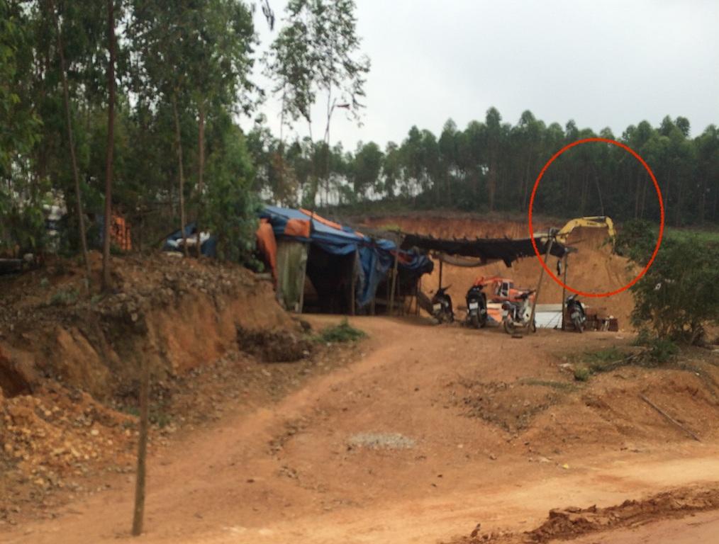 Một điểm máy múc đất đang hoạt động ở một khoảnh rừng trồng keo nhỏ.
