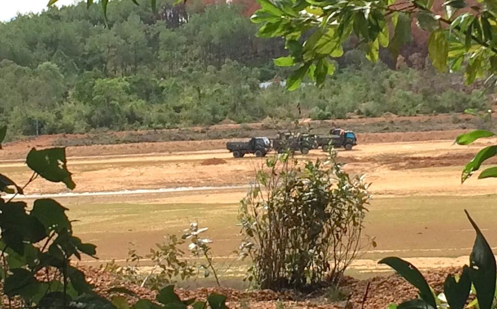 Những đoàn xe tải đang chờ để lấy đất .