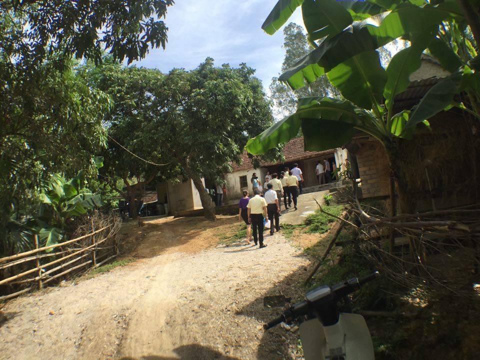 Con đường đến gia đình em Hòa quanh co, khó đi, trên ngọn đồi khá cao.