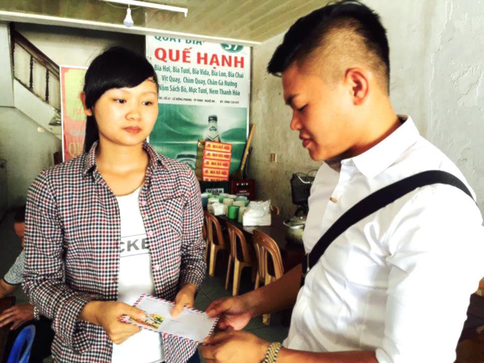 Anh Dũng - một cá nhân đến từ huyện miền núi Quỳ Hợp sau khi đọc báo Dân trí đã đến tại quán bia - nơi em Hòa làm việc để trao 3 triệu đồng.