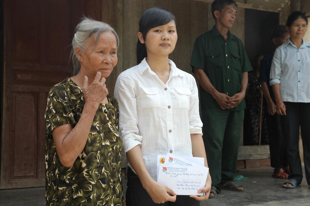 Bà cháu em Hòa trong ngày nhận quà chia sẻ của độc giả báo Dân trí.