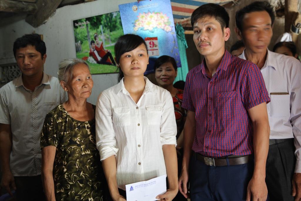 Đại diện bác sĩ công tác ở Hải Phòng đã vượt chặng đường hơn 300 km trực tiếp về thăm trao số tiền hỗ trợ 5,5 triệu đồng giúp thêm cho Hòa.