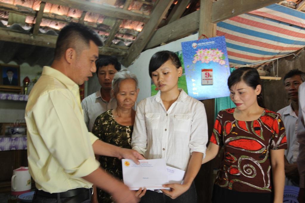 Đại diện Công ty cổ phần xây dựng 482 (thuộc Tổng công ty Xây dựng công trình Giao thông 4) đã trao 10 triệu đồng cho em Hòa.