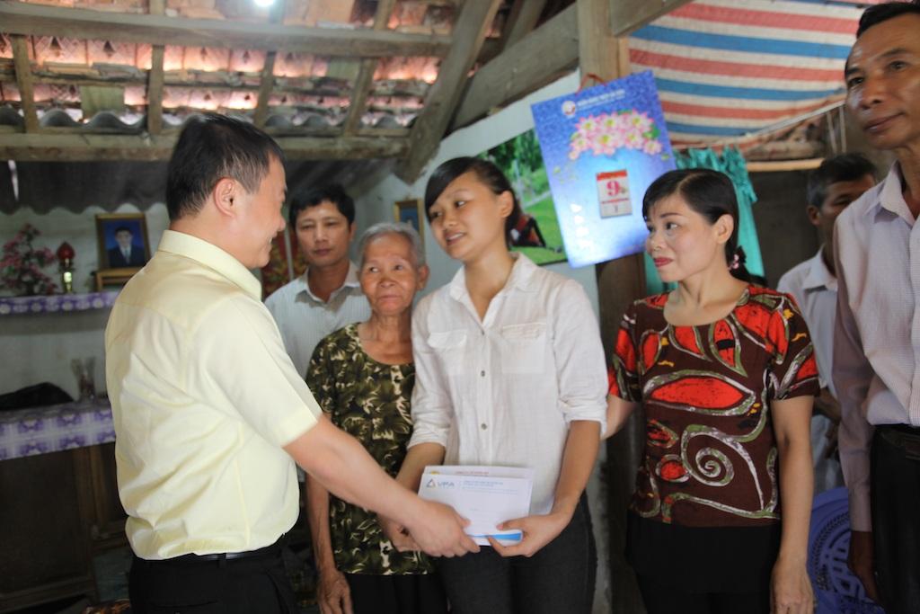 Anh Tuấn - lãnh đạo Công ty cổ phần Tập đoàn VPA (173, đường Xuân Thuỷ, P. Dịch Vọng Hậu, Q. Cầu Giấy, TP Hà Nội) trao 10 triệu cho em Hòa.