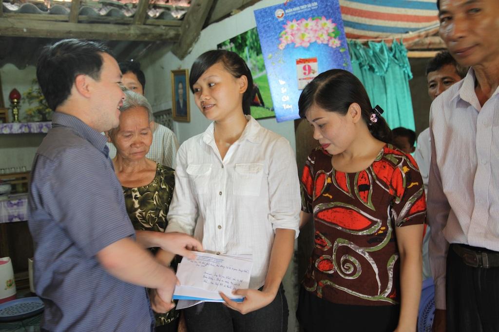 Đại diện Huyện đoàn Thanh Chương trao phần quà nhỏ góp từ những bữa ăn sáng, cốc cà phê... tới em Hòa.
