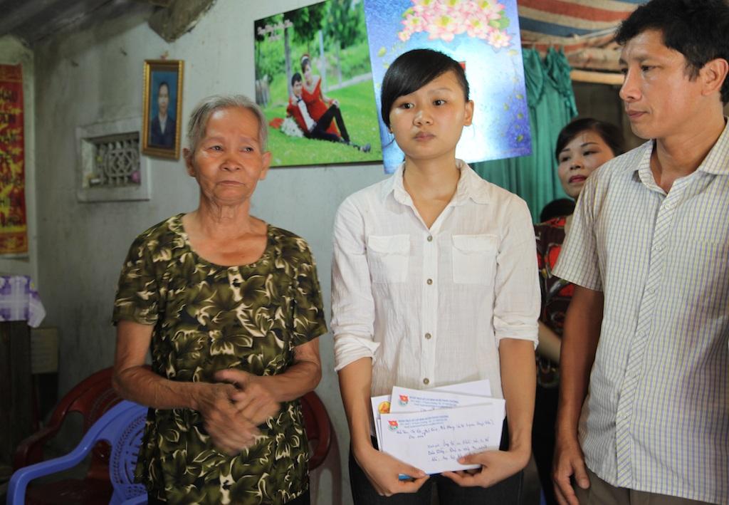 Ông Nguyễn Mỹ Tặng - Phó Bí thư Huyện ủy Thanh Chương thăm hỏi và chia sẻ những khó khăn với bà cháu em Hòa.