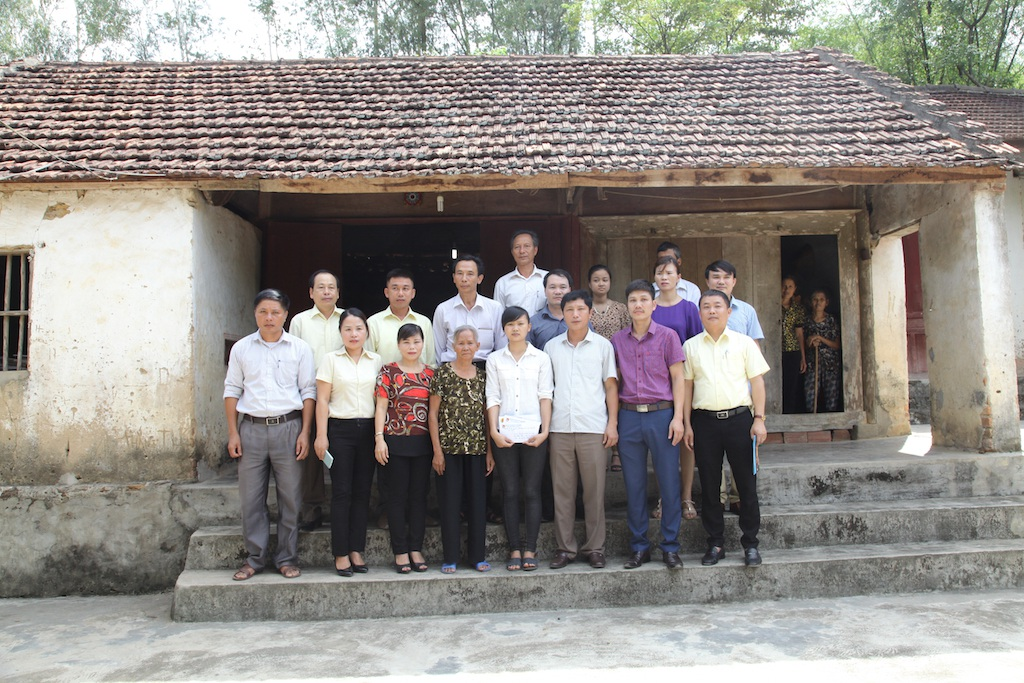 Các nhà hảo tâm chụp ảnh kỷ niệm với bà cháu em Nguyễn Thị Hòa.