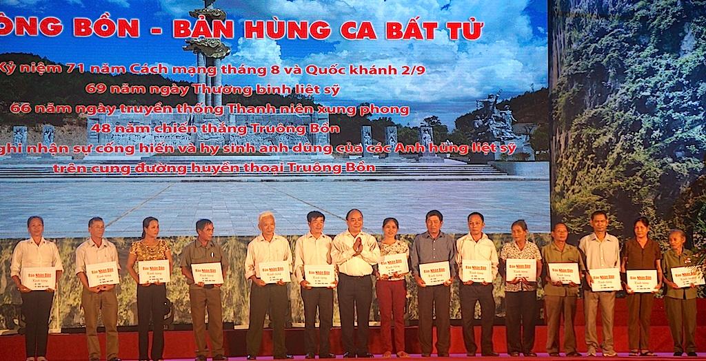 Thủ tướng Chính phủ Nguyễn Xuân Phúc trao tivi, đầu đĩa DVD và sổ tiết kiệm cho 13 thân nhân Anh hùng liệt sĩ TNXP và bà Trần Thị Thông - nhân chứng lịch sử đang còn sống.