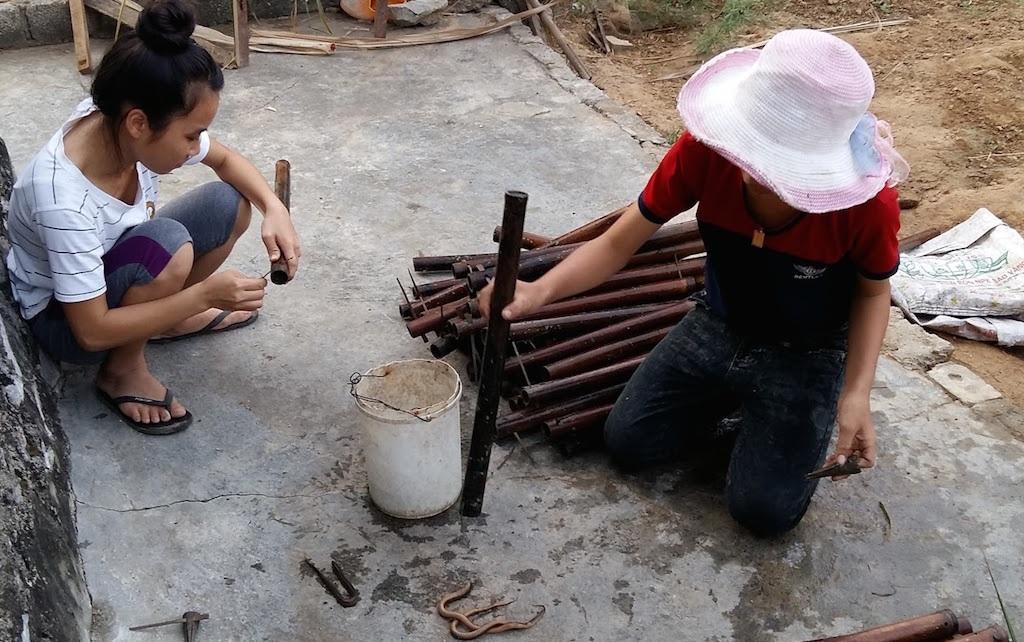 Những con lươn trong ống trúm được đổ ra.