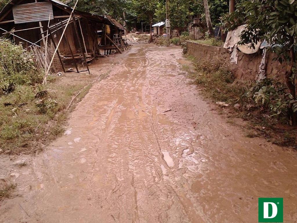 Đường vào bản làng ngập bùn.