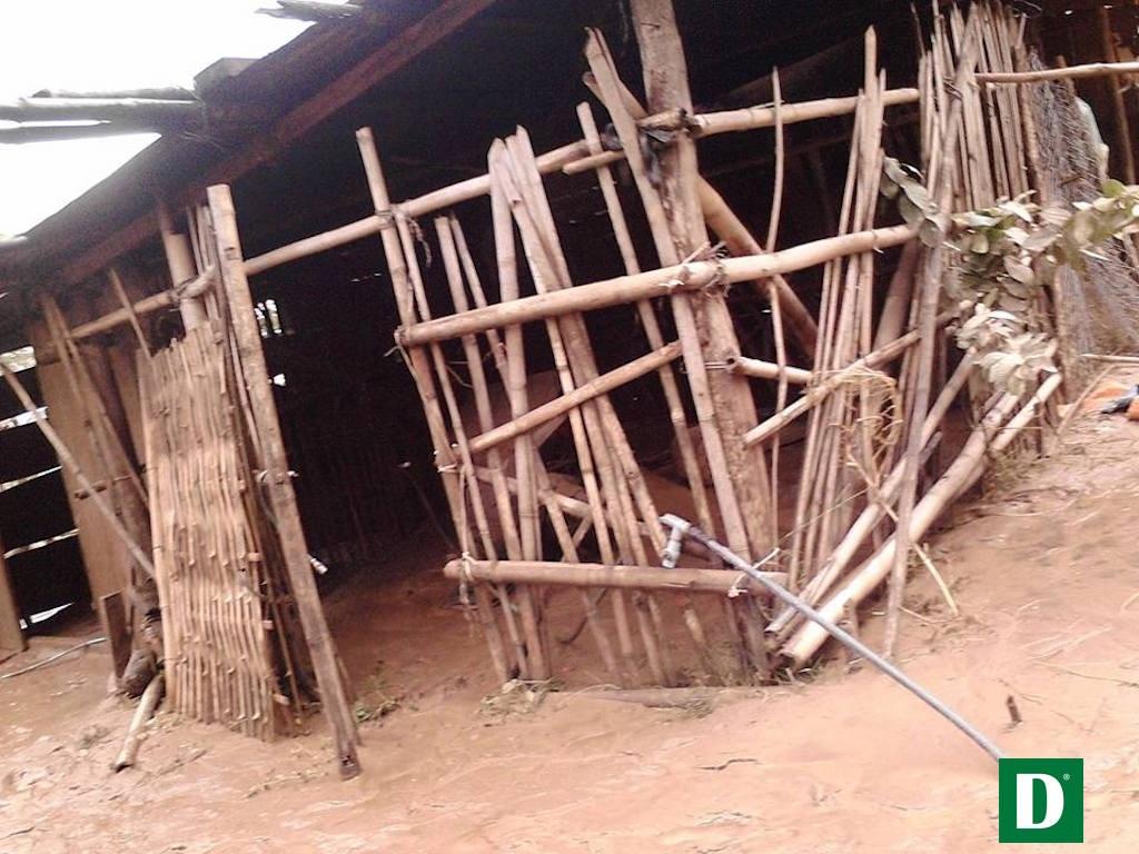 Nhiều căn nhà, lán của dân bị hư hỏng và ngập bùn.