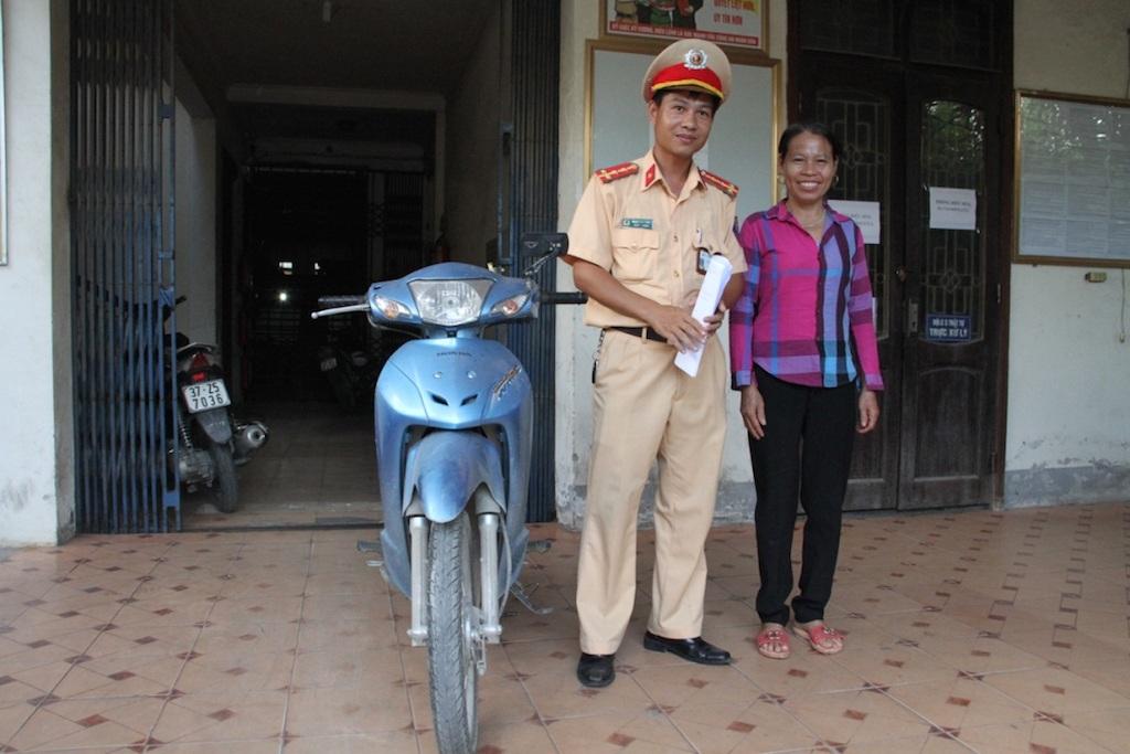 CSGT CA TP Vinh trả lại xe cho chị Hương sau hơn 2 năm bị mất.