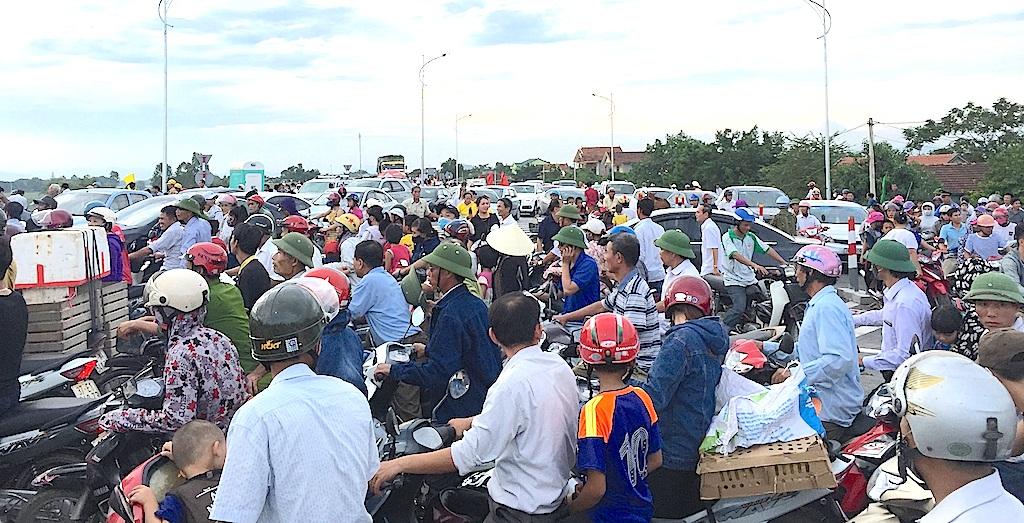 Hàng ngàn người chen chân ở đường ven sông Lam.