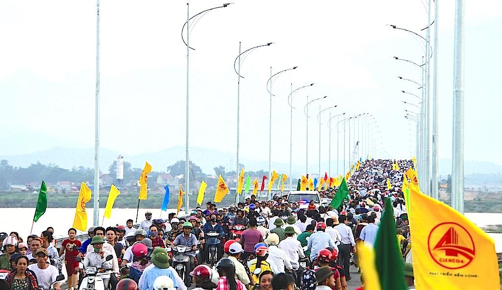 Hàng vạn người dân chen chân để được đi lên cầu bắc qua sông Lam trong ngày khánh thành.