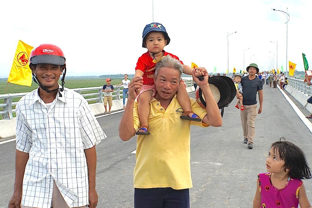 Hàng vạn người dân phấn khởi trong ngày khánh thành cầu bắc qua sông Lam - 5
