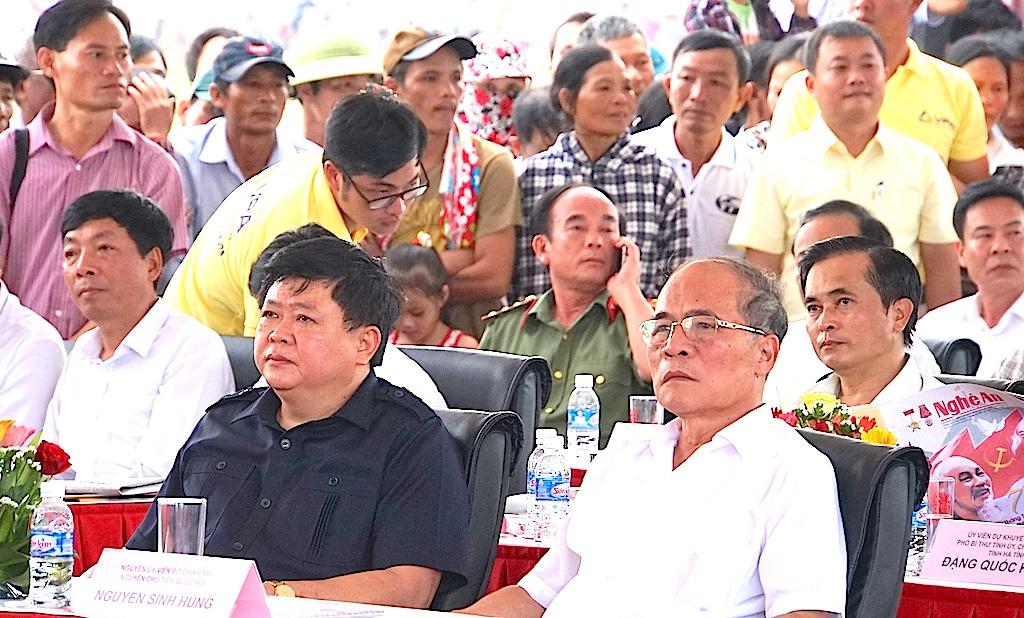 Ông Nguyễn Sinh Hùng - Nguyên Ủy viên Bộ Chính trị, nguyên Chủ tịch Quốc hội cùng ông Nguyễn Thế Kỷ - Tổng Giám đốc Đài Tiếng nói Việt Nam cũng về dự lễ long trọng này.