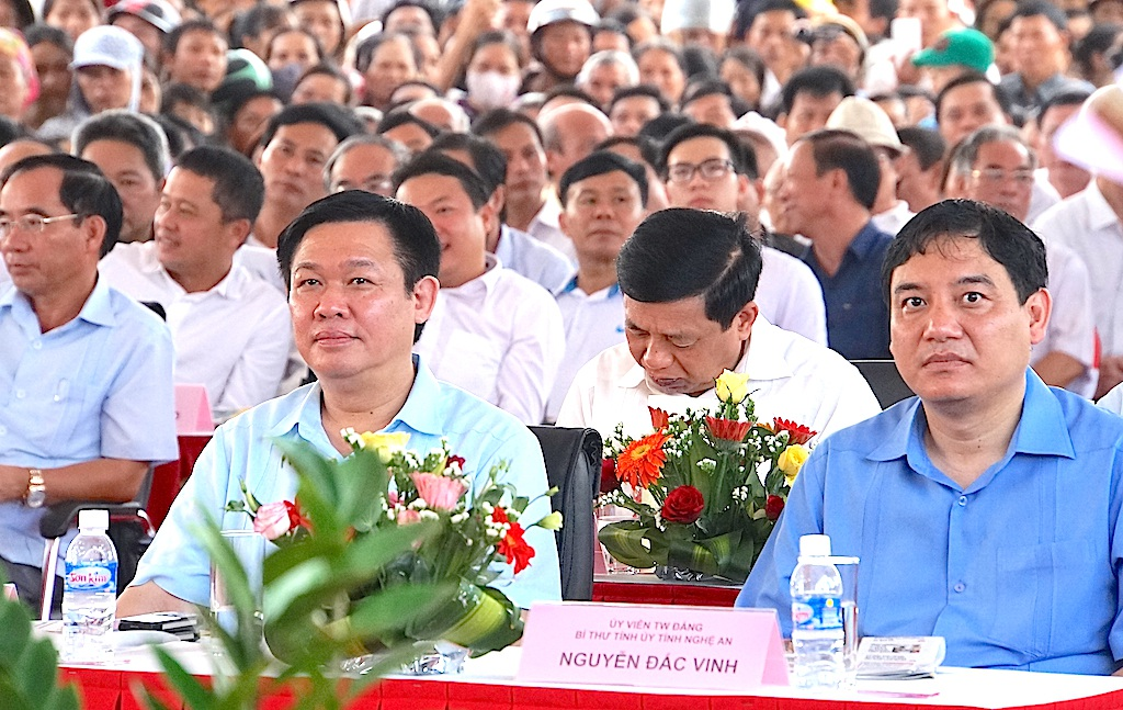 Ông Vương Đình Huệ - Ủy viên Bộ Chính trị, Phó thủ tướng Chính phủ dự lễ thông cầu bắc qua Sông Lam.
