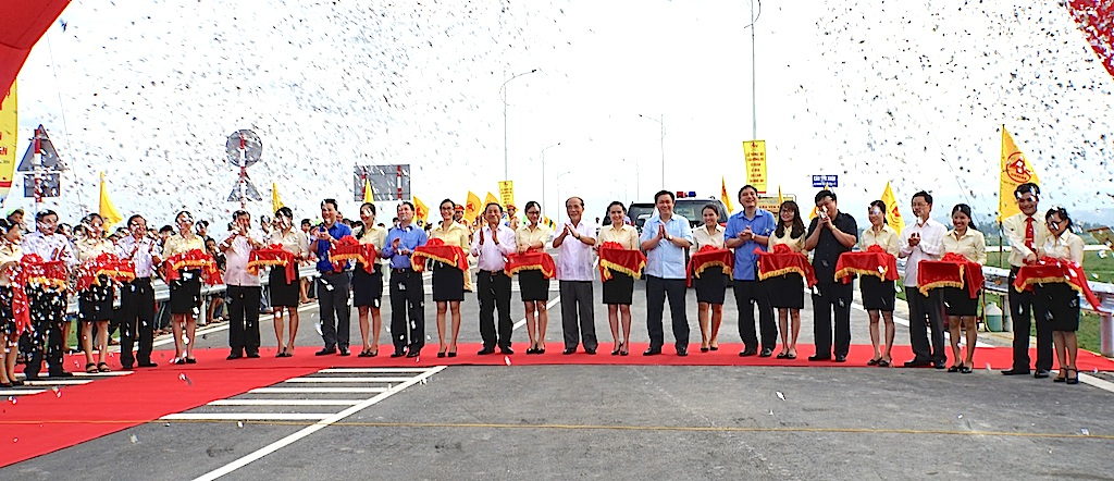 Chính thức cắt băng khánh thành và đưa vào sử dụng cầu bắc qua Sông Lam nối hai huyện Đức Thọ (Hà Tĩnh) và Hưng Nguyên (Nghệ An).