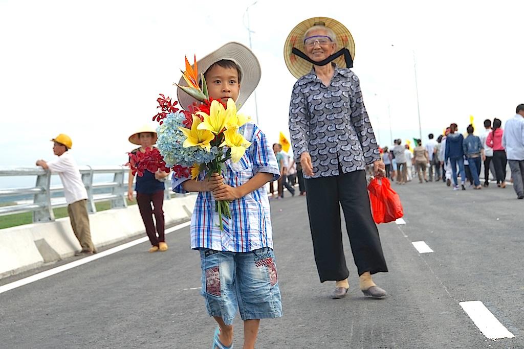 Người dân hai bên cầu bắc qua Sông Lam phấn chấn trong ngày khánh thành cầu.
