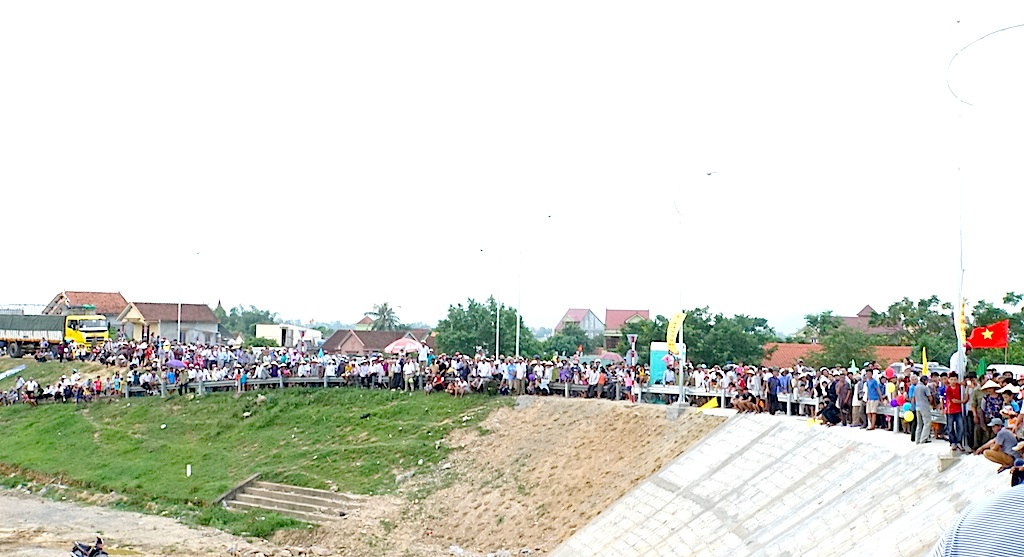 Hàng vạn người dân phấn khởi trong ngày khánh thành cầu bắc qua sông Lam - 7