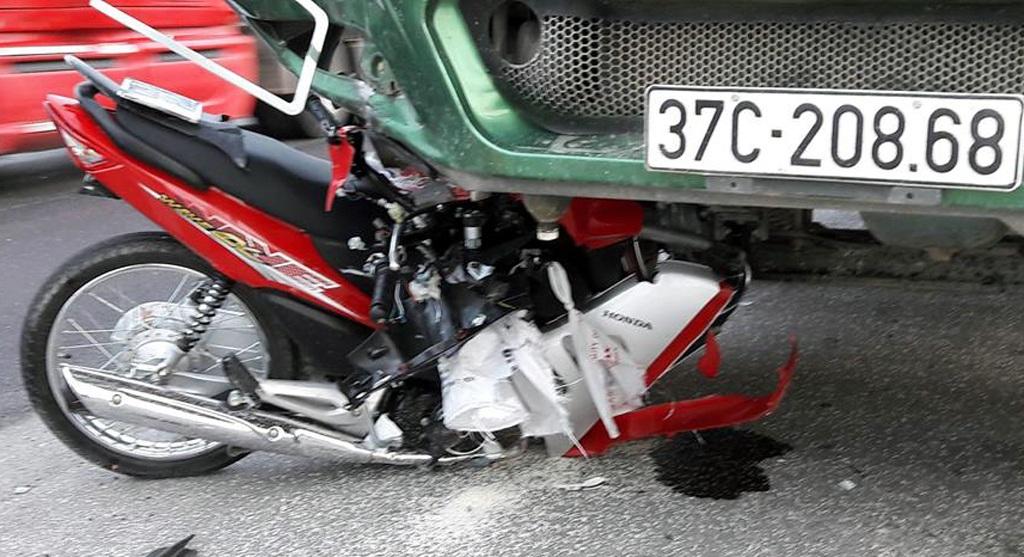 Hiện trường chiếc xe tải hổ vồ đè nát xe máy.
