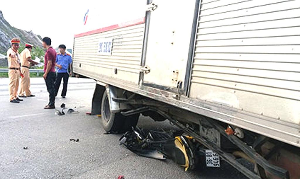 Xe tải đông lạnh kéo xe máy vào gầm khiến 2 người bị thương ở TX Hoàng Mai.