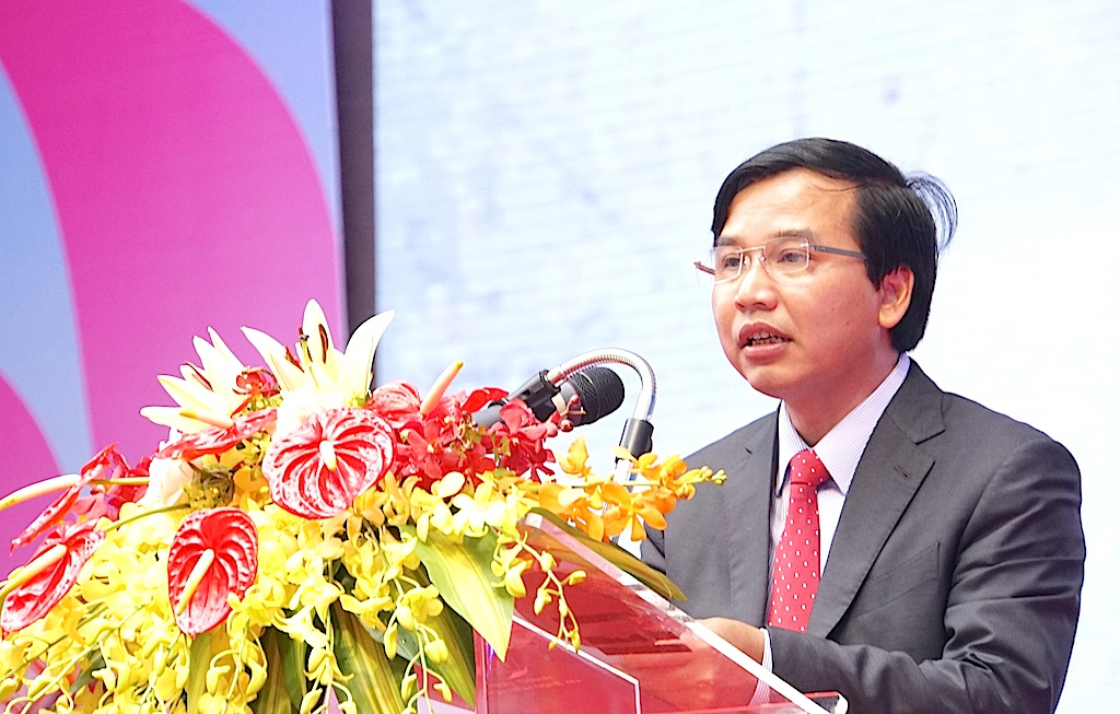 Ông Nguyễn Như Khôi - GĐ đài PTTH Nghệ An đọc diễn văn ôn lại chặng đường 60 năm qua của đài Nghệ An.
