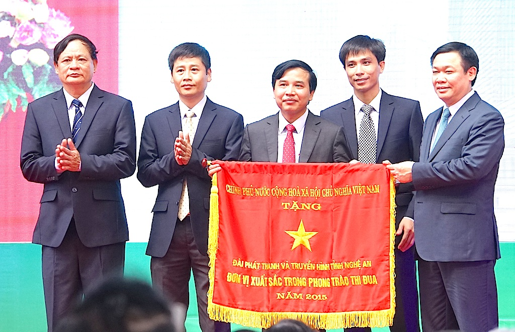 Phó thủ tướng Chính phủ Vương Đình Huệ trao Cờ thi đua của Chính phủ cho Đài PTTH Nghệ An