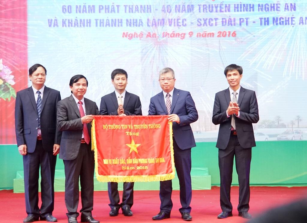 Bộ TT&TT tặng Cờ thi đua cho Đài PTTH Nghệ An