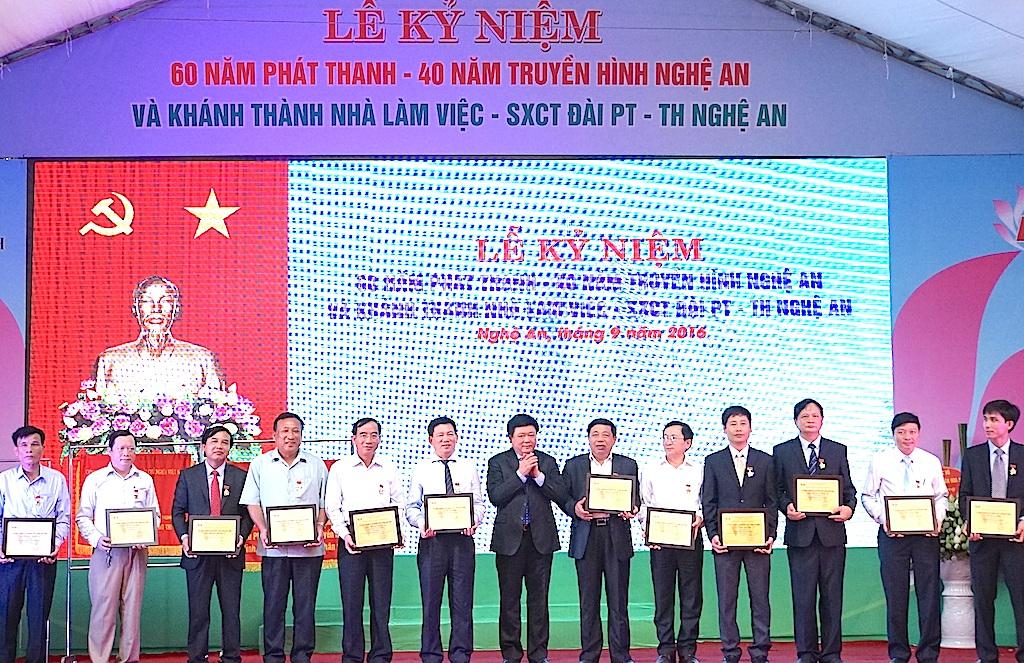 Đài Tiếng nói VN, Đài truyền hình VN trao tặng Kỷ niệm chương cho các cá nhân.