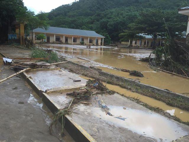 Khung cảnh Trường THCS Yên Tĩnh sau khi nước rút.
