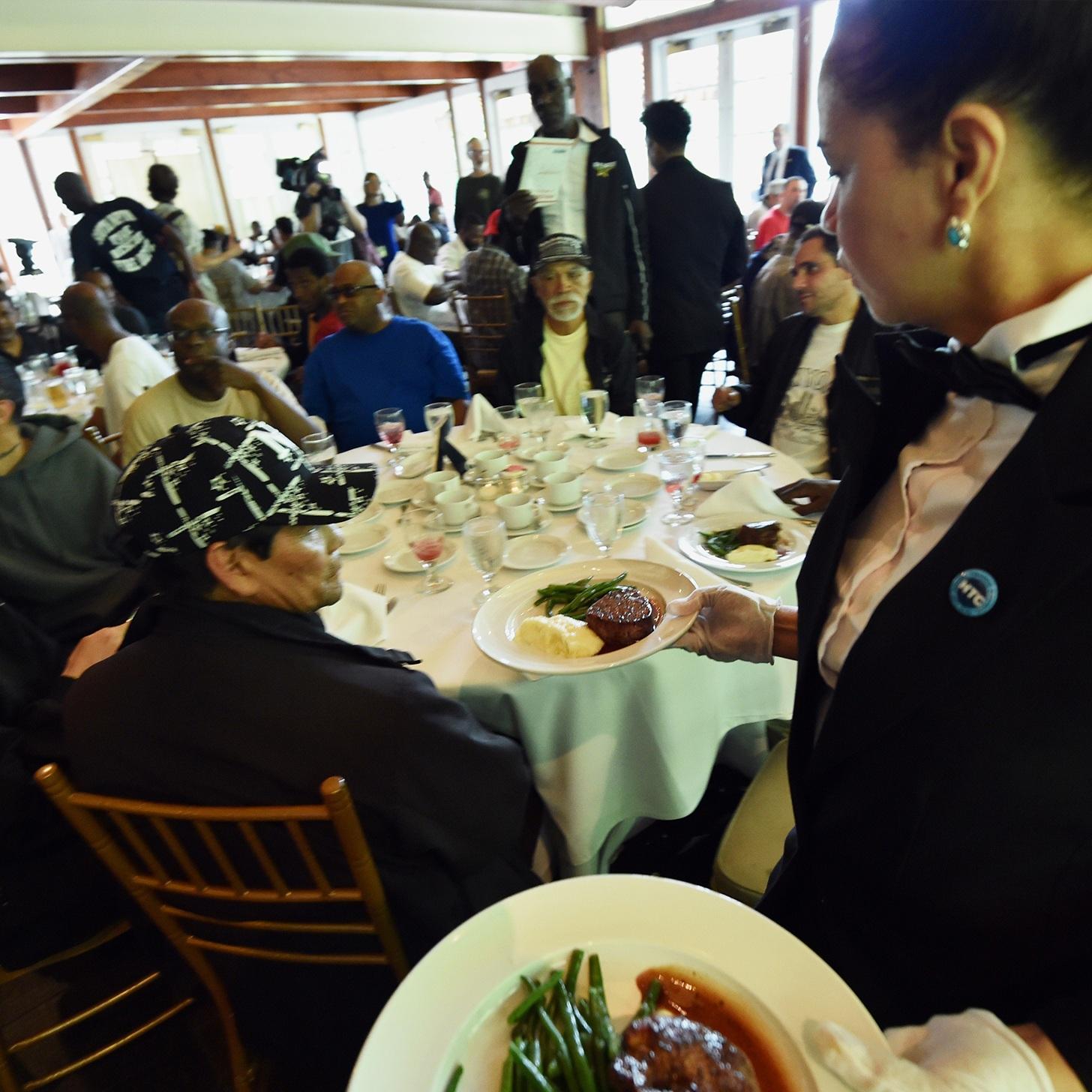 Các món ăn trong bữa tiệc đặc biệt được một nhà hàng bốn sao chuẩn bị công phu.