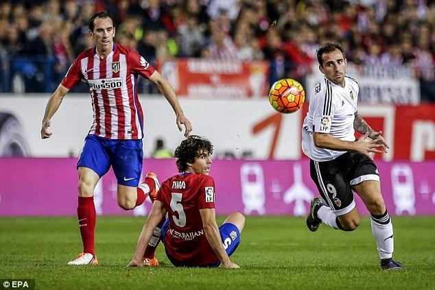4. Diego Godin (Atletico Madrid và Uruguay): Dưới sự dẫn dắt của Diego Simeone, Atletico Madrid chính là một trong những đội bóng chơi phòng ngự hay nhất tại châu Âu. Và cái tên tiêu biểu nhất của hàng thủ trứ danh này là Diego Godin.
