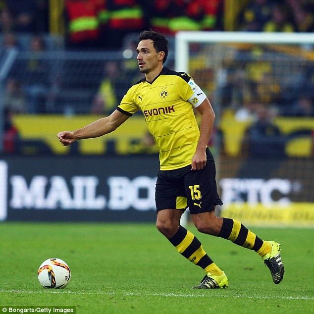 5. Mats Hummels (Borussia Dortmund và Đức): Cái tên Manchester United theo đuổi suốt nhiều năm qua và được đánh giá là ứng viên sáng giá nhất kế thừa vị trí Rio Ferdinand và Nemaja Vidic. Đến bây giờ, Hummels vẫn gắn bó với Dortmund và khiến mọi ông lớn phải thèm khát.