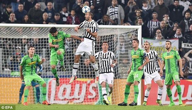 6. Giorgio Chiellini (Juventus và Italia): Bóng đá Italia luôn sản sinh ra những trung vệ xuất chúng cho bóng đá thế giới. Trước đây có Maldini, Nesta hay Cannavaro. Thời điểm hiện tại thì Chiellini chính là cái tên tiêu biểu nhất. Bằng chứng là trung vệ 31 tuổi này giữ vai trò thủ lĩnh hàng phòng ngự cả ở Juventus lẫn đội tuyển Italia.