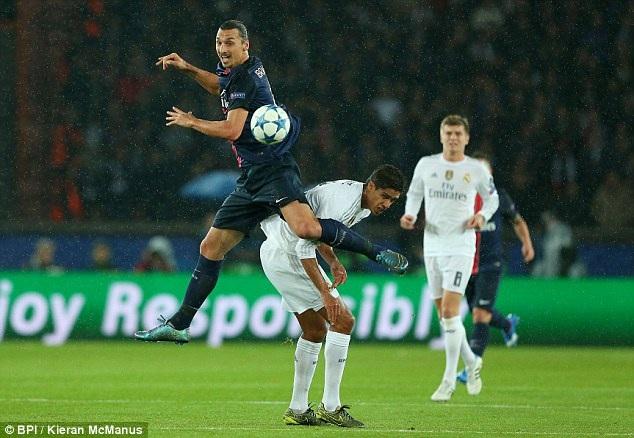 7. Raphael Varane (Real Madrid và Pháp): Ở tuổi 22, Varane đã đạt được rất nhiều thành tựu đáng ghi nhận và được kỳ vọng là trụ cột ở hàng phòng ngự Real Madrid trong nhiều năm tới. Từ Jose Mourinho cho đến Ancelotti, những vị chiến lược gia giàu kinh nghiệm này đều đặt niềm tin vào tài năng trẻ người Pháp khi còn làm việc tại Bernabeu. Điều đó cho thấy tương lai xán lạn của Varane.