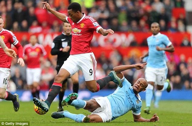 """8. Vincent Kompany (Manchester City và Bỉ): Sự thành công của Manchester City tại đấu trường Premier League mang dấu ấn rất lớn của Vincent Kompany. Về mặt chuyên môn, cầu thủ 29 tuổi người Bỉ này được đánh giá là một trong những hậu vệ hay nhất tại """"xứ sở sương mù"""" nhiều năm qua. Không chỉ vậy, Kompany chính là thủ lĩnh của The Citizens với tấm băng thủ quân trên tay."""