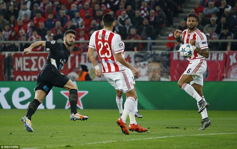 Giroud mở tỉ số cho đội khách