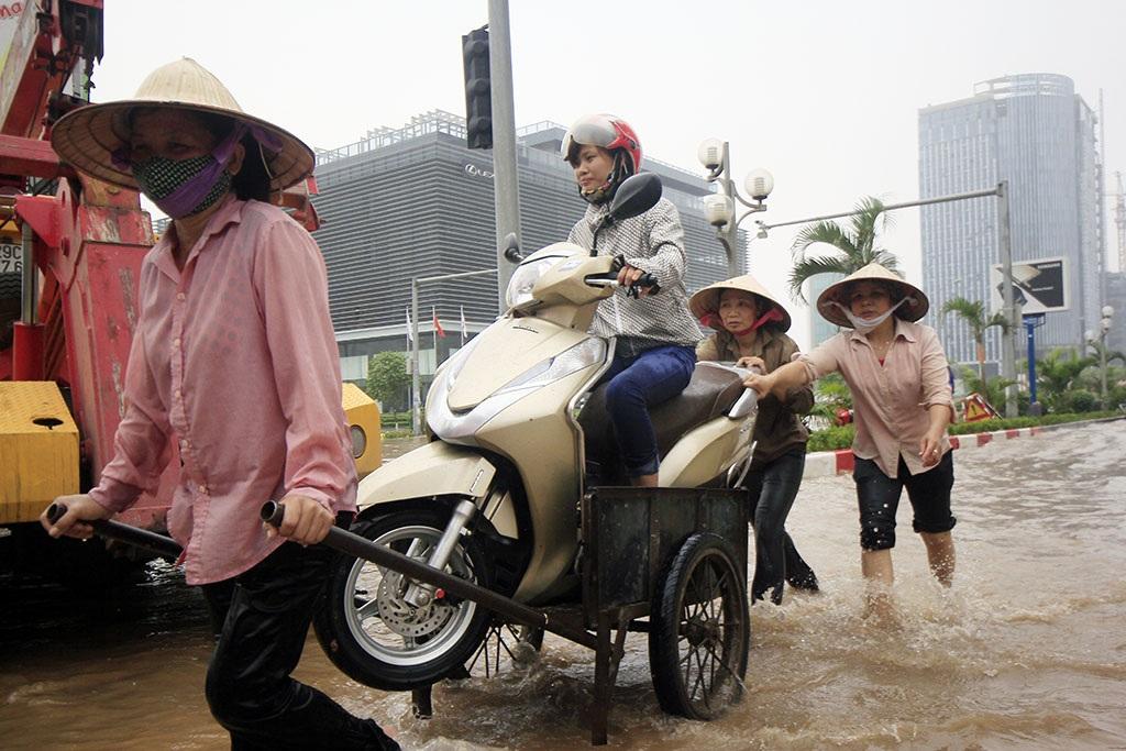 Để thoát lụt đến cơ quan, nhiều người đành chấp nhận sử dụng dịch vụ giá cao này