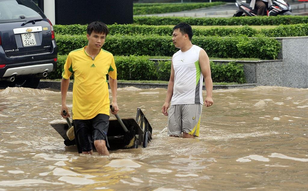 Dịch vụ lạ này có lẽ chỉ có ở thủ đô Hà Nội vào những ngày mưa ngập