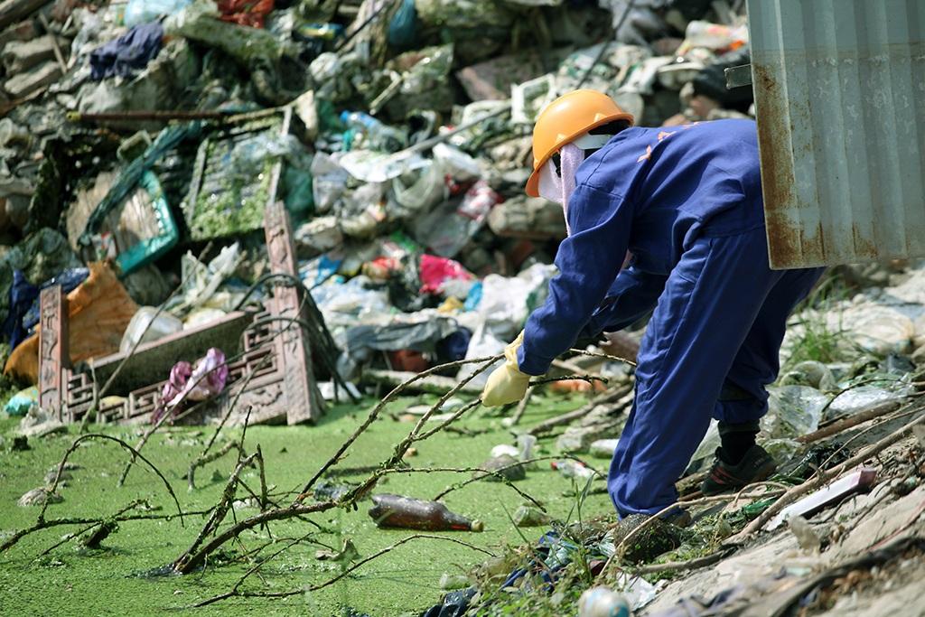 Công nhân vệ sinh thường xuyên thu dọn nhưng tình trạng ngập rác, bẩn thỉu không được cải thiện.