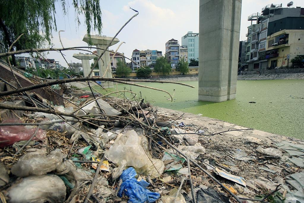 Hồ Hào Nam bị thu hẹp để phục vụ dự án đường sắt trên cao. Khoảng diện tích còn lại của mặt hồ rác thải chất đống ngổn ngang.