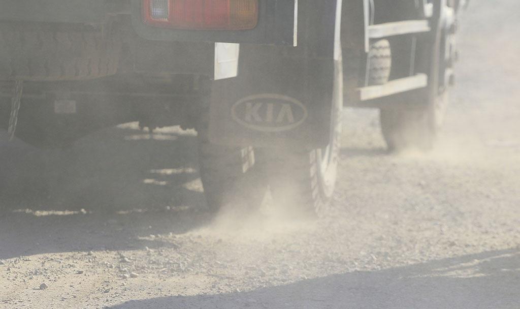 Đây cũng là đoạn đường có nhiều xe lớn qua lại, mỗi lần như vậy lại khiến khói bụi bay mù mịt.