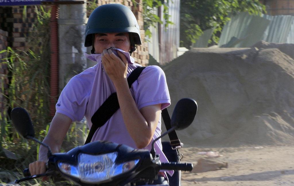 Đặc biệt, trong những ngày Hà Nội nắng nóng gần đây, tình trạng bụi càng trở nên nghiêm trọng.